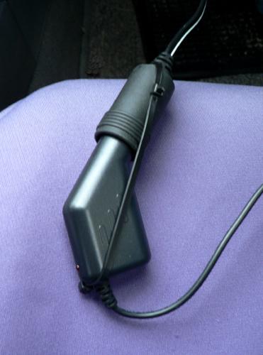 シガーソケットにドライブレコーダー用のDCアダプターを挿入して固定します