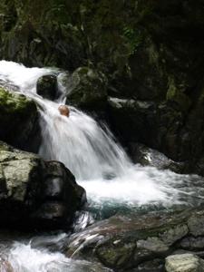 3滝壺で立つ