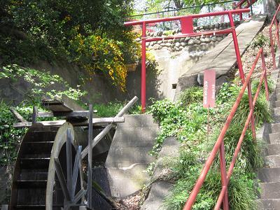 IMG_4855 10 階段の途中の小さな水車