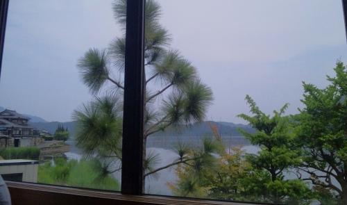 窓から湖が見えます