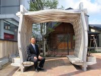 2012.4.17 JR日向駅前の「恋人の座るベンチ」?