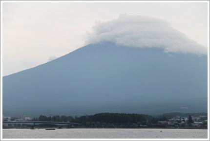 雲の帽子を被った富士山