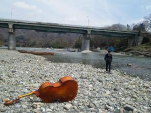 川を散策するベーシスト「デジ」氏