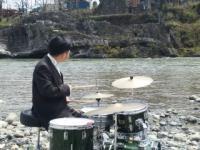 ドラム演奏するハマケン氏