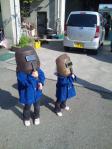 溶接用マスクで日食を見る子どもたち