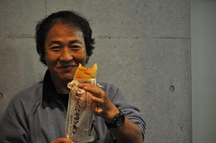 パンをかじる関野さん