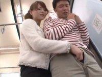 電車でオヤジを誘惑する痴女! 吉沢明歩