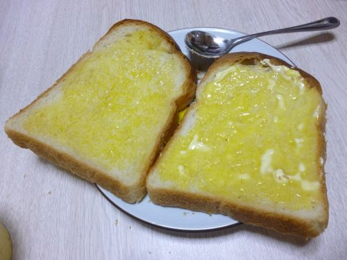 バナナクリームを塗って焼いた食パン