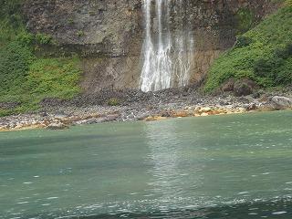 カムイワッカの滝、硫黄で海が変色してる