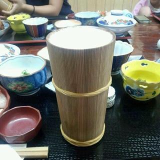 とりあえずビールから、秋田杉のジョッキです。