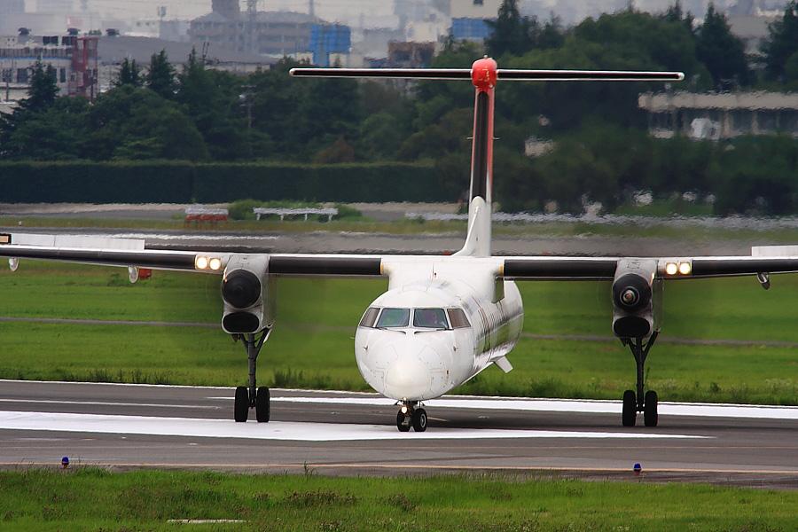 JAC DHC-8-402Q JAC2400@下河原緑地展望デッキ(by EOS 40D with SIGMA APO 300mm F2.8 EX DG/HSM + APO TC2x EX DG)