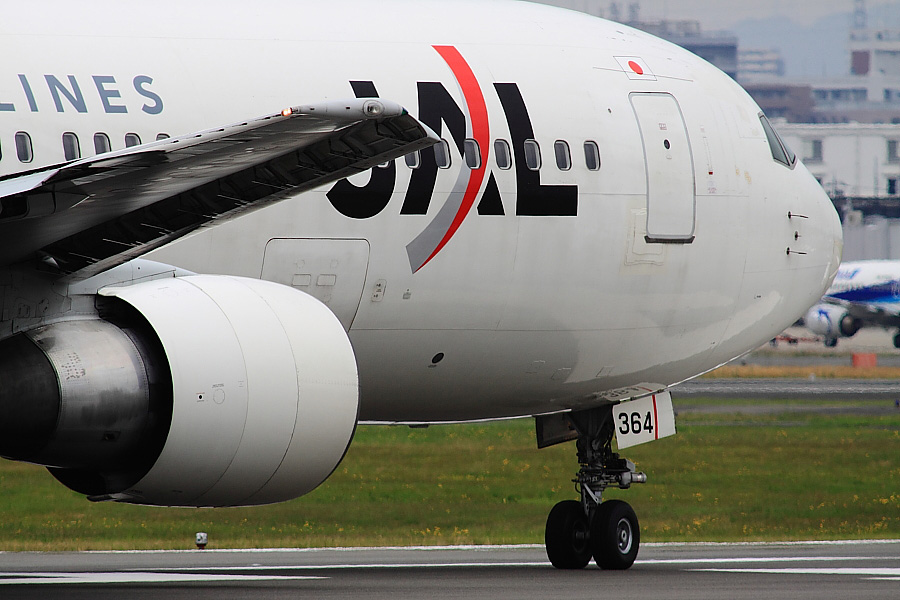 JAL B767-346 JAL114@RWY14Rエンド猪名川土手(by EOS 50D with SIGMA APO 300mm F2.8 EX DG/HSM + APO TC2x EX DG)