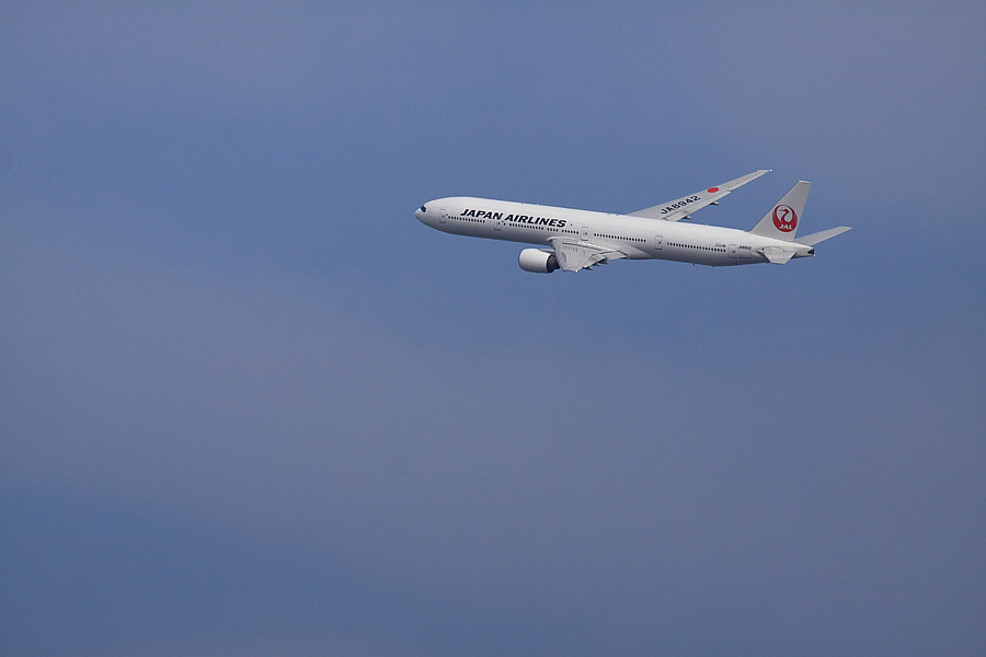 JAL B777-346 JAL104@RWY14Rエンド猪名川土手(by EOS 50D with SIGMA APO 300mm F2.8 EX DG/HSM + APO TC2x EX DG)