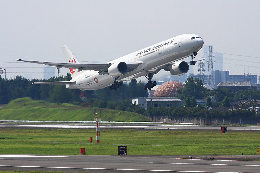 JAL B777-346 JAL2081@下河原緑地展望デッキ(by EOS 40D with SIGMA APO 300mm F2.8 EX DG/HSM)