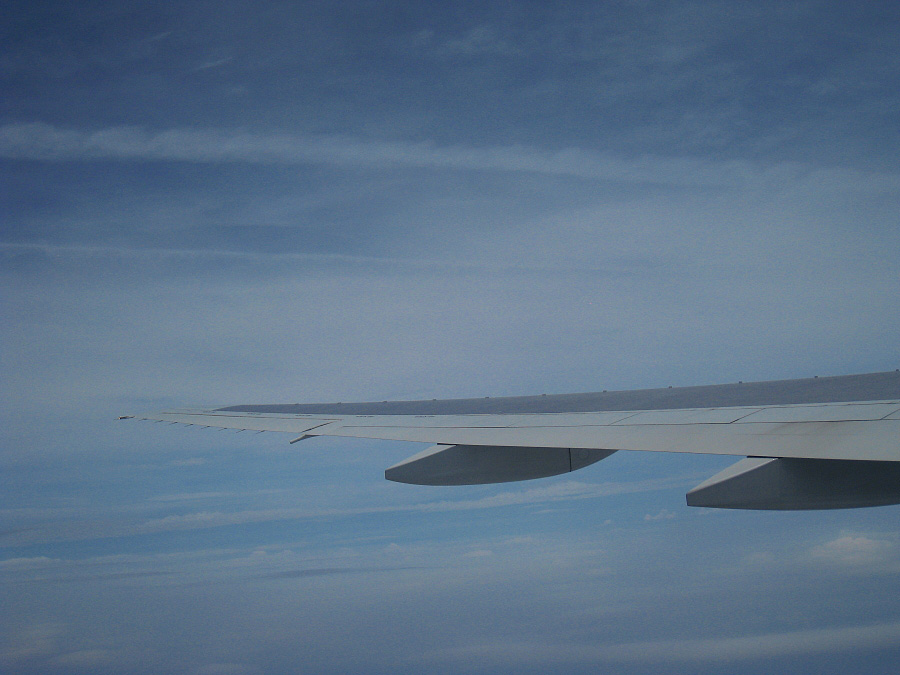 クライム中・コントレイルが近い♪@JAL114 Seat51A(by IXY DIGITAL 910IS)
