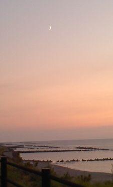 海と三日月