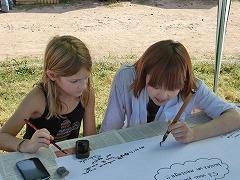地元の子どもと一緒に習字!