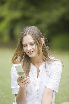 携帯を持っている女性