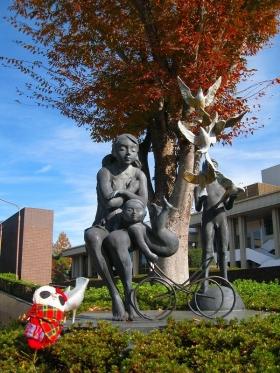 静岡市民文化会館前の像