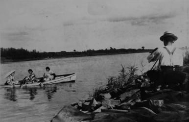 逢妻川の舟遊び