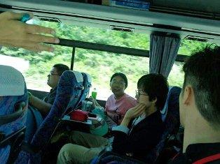 バスの中はにぎやか