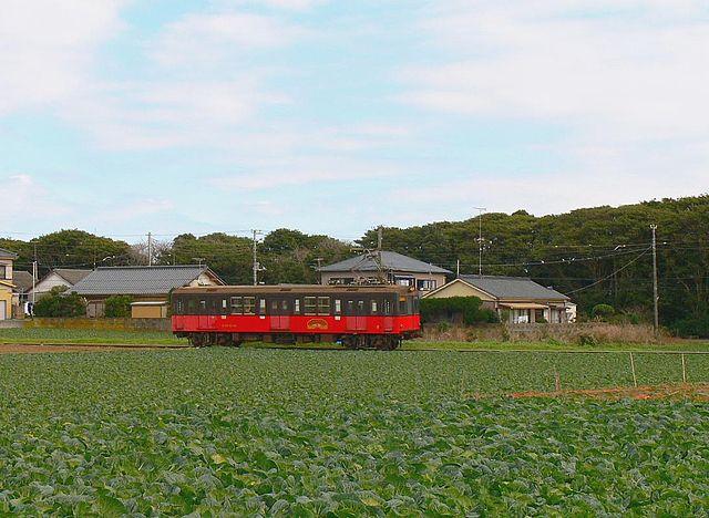 郊外の畑の中を走る電車