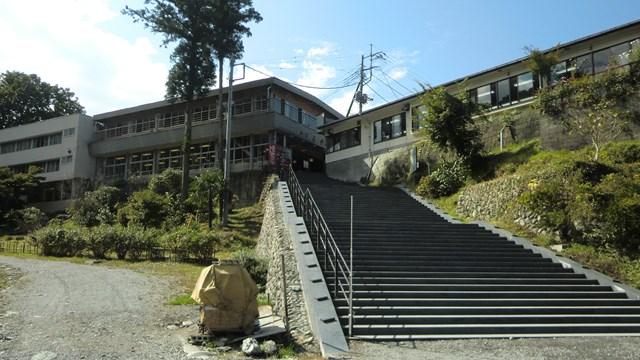 船乗り場から岩だたみ通り商店街への階段