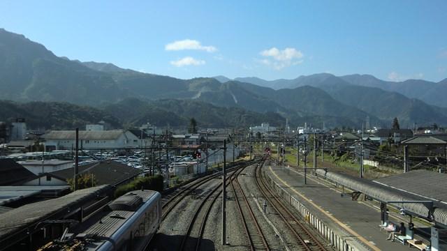 西武秩父駅のホームと山々の景色