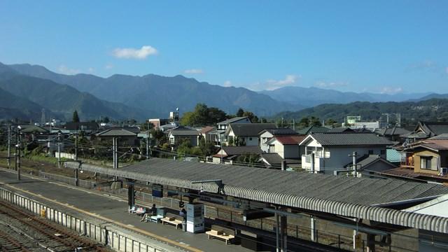 西武秩父駅のホームと三峰口駅方面の景色