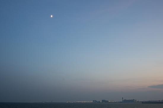 夕暮れのセントレアと半月