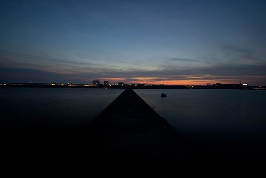 夕暮れの保示町から見る海の風景