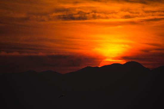 山に沈む夕陽
