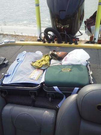 ボート上で荷造り