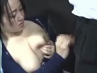 【巨乳動画】路線バスで爆乳母乳ママが母乳噴射手コキ抜き♪