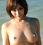 浜辺で座る全裸美女の美乳!…オッパイの形が素晴らしいですね!