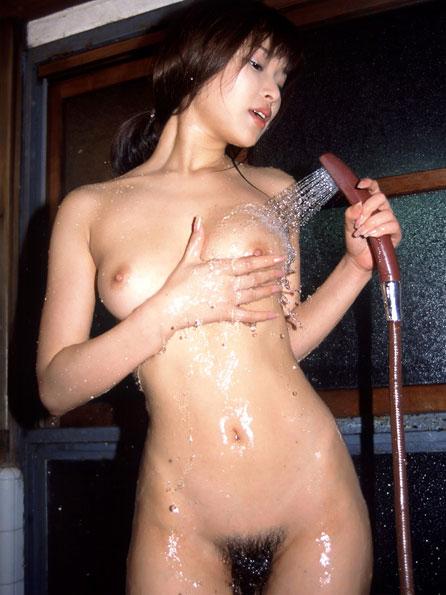 シャワーを浴びて濡れるおっぱい