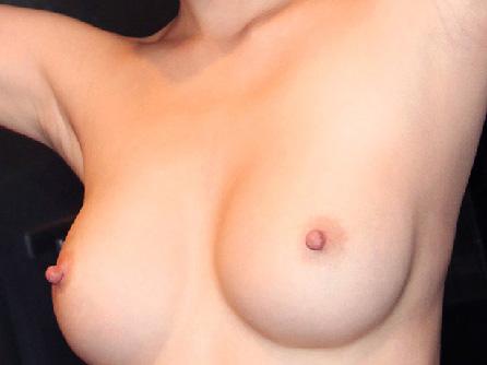 【美乳画像】メロンにブドウを付けたような美乳!…素晴らしい形状ですね!