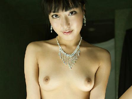 【美乳画像】全裸にアクセサリーのみの美女!…意外に貧乳で可愛いですね!