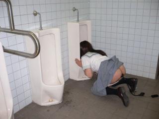 公衆トイレの便器舐めさせられてるマジキチなエロ画像 38枚