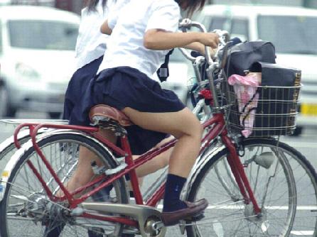 スカートを短くして自らptptのftmmを晒しまくりなJKを街撮りwwwwww
