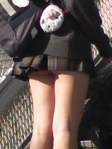 超ミニスカ制服JKの有難いパンチラ
