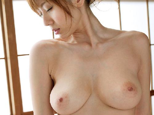 【美乳画像】乳上の絞り込みが愛おしい美乳!…熟してさらにエロいですね!
