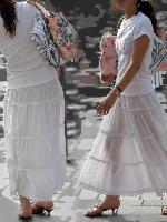 白いスカートでパンツ透けて見えちゃってる女性の街撮り画像【30枚】