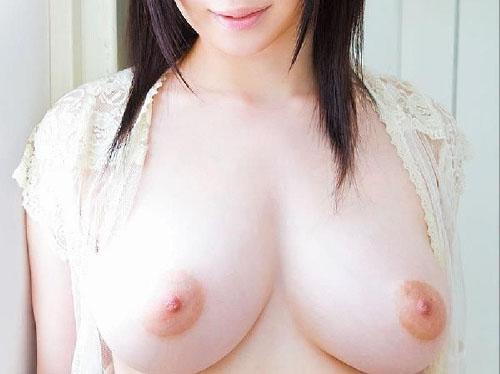 男を虜にする極上の乳房を見せつけてる画像