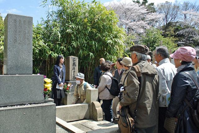 6)子規の墓碑前