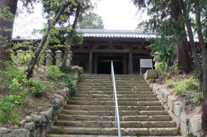 仁王門を抜けて歩いていくが、階段の先の二尊堂はまっくら。