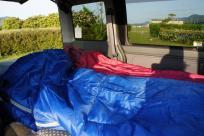 お布団は寝袋です。まだまだ夜は寒いしね。