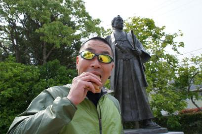 「毛利の殿さま巻」を高杉晋作像の前で食べる。なぜかこれがやりたかった・・・。