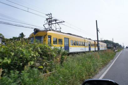 海岸線を走る幸せの黄色い列車と並走
