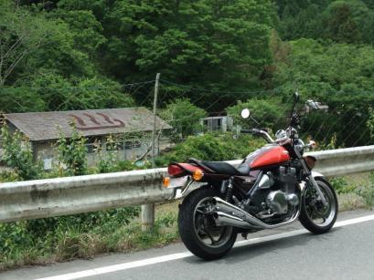 後日、テツはバイクで山空海温泉へ。